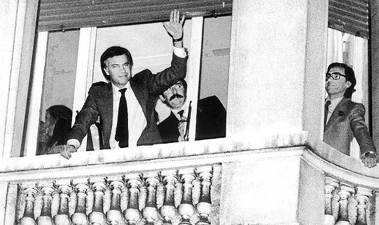 González saluda desde el balcón